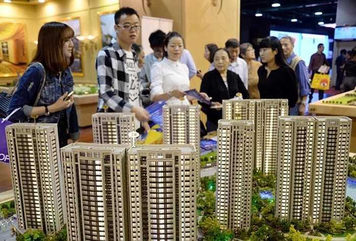 Chiết Giang có 15.982.931 nhà đầu tư chứng khoán, chiếm 6,77% dân số. Trong ảnh là khách hàng tiềm năng tham dự một buổi mở bán bất động sản.