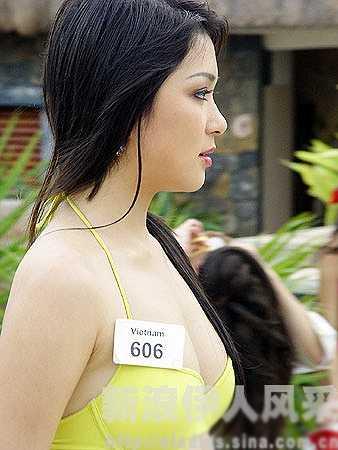 Trước đó, năm 2001, Nguyễn Thị Huyền đoạt giải Á hậu 1 cuộc thi Hoa hậu Thể thao Việt Nam tổ chức tại Vũng Tàu.