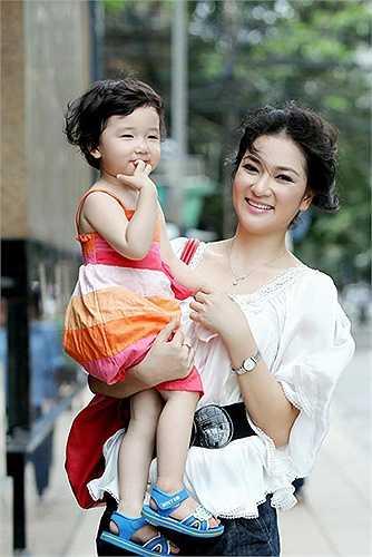 Nhiều người ngày càng yêu mến Nguyễn Thị Huyền hơn bởi cô là một hoa hậu 'sạch', không vướng vào bất kỳ scandal nào trong suốt 10 qua.