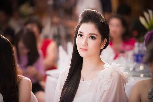 Cùng với đó, Nguyễn Thị Huyền vẫn tham gia các hoạt động xã hội, một công việc ổn định tại đài truyền hình và là người mẹ hết mình chăm lo cho con gái.