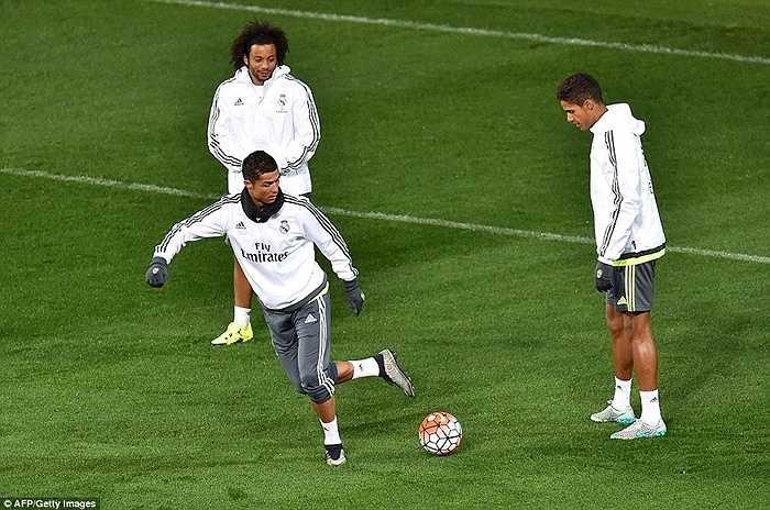 Người được chú ý nhất vẫn là Ronaldo, khi tương lai của anh đang được các sếp của Real Madrid và PSG bàn thảo. Có tin cho rằng đại gia nước Pháp sẵn sàng trả CR7 30 triệu euro/mùa