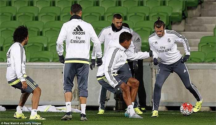 Bale tập bóng ma cùng Varane