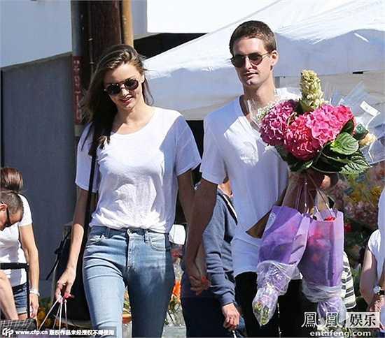 Evan Spiegel năm nay 25 tuổi, anh được tạp chí nổi tiếng Forbes liệt vào danh sách tỷ phú trẻ nhất thế giới hiện nay. Ước tính tài sản riêng của Evan khoảng 1,5 tỷ USD. Anh có vẻ ngoài menly hút hồn rất nhiều phái nữ, thế nhưng Evan Spiegel lại phải lòng thiên thần Miranda, kém mình 7 tuổi.