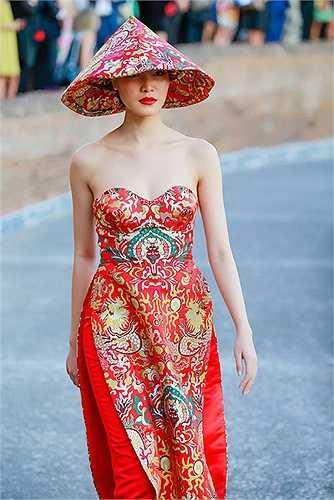 Nhà nghiên cứu Trần Quang Đức cho rằng họa tiết trên vải là của người Trung Quốc hiện đại làm và không phải họa tiết cổ của Việt Nam. NTK Thủy Nguyễn từ chối trả lời phỏng vấn về việc này.