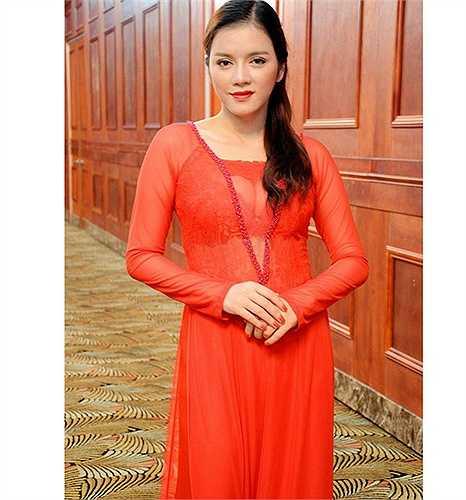 Lý Nhã Kỳ cũng từng diện áo dài đỏ mỏng manh không kém, nhìn thấu nội y bên trong.