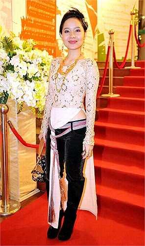 Mai Khôi thể hiện cá tính với tà áo dài bằng cách buộc vạt và mặc với quần ống đứng.