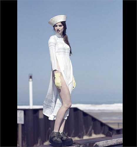 Năm 2013, một biến tấu áo dài 'quên quần' bên trong của một nhiếp ảnh gia ở Los Angeles đã khiến dư luận dậy sóng.