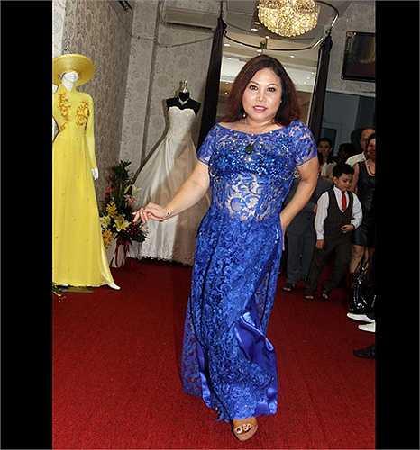 Nữ ca sĩ Siu Black mang lên thảm đỏ chiếc áo dài ren xuyên thấu không thực sự phù hợp với vóc dáng cơ thể.