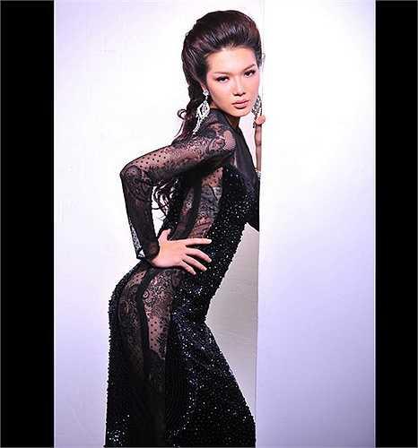 Người mẫu Thanh Trúc tạo dáng trong một mẫu áo dài lấp ló nội y của NTK Văn Thành Công. Nguồn: Dân Việt