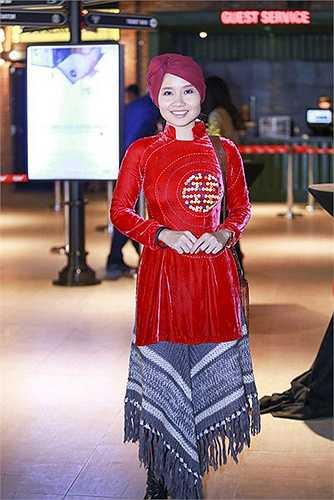 Đầu tháng 1.2015, nữ ca sĩ Mai Khôi tiếp tục phong cách độc nhất vô nhị của mình khi kết hợp áo dài cách tân ở trên, quấn khăn làm váy ở dưới.