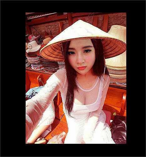 Năm 2013, Angela Phương Trinh từng bị chê khi đăng tải bức ảnh chụp chiếc áo dài trắng đáp voan xuyên thấu, khoe vòng 1 gợi cảm.