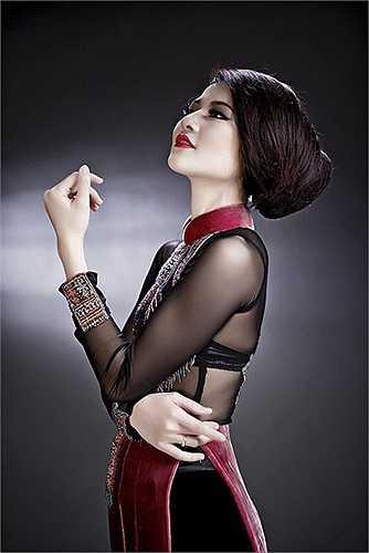 Hoa hậu Trần Thị Quỳnh với một thiết kế áo dài xuyên thấu nội y.