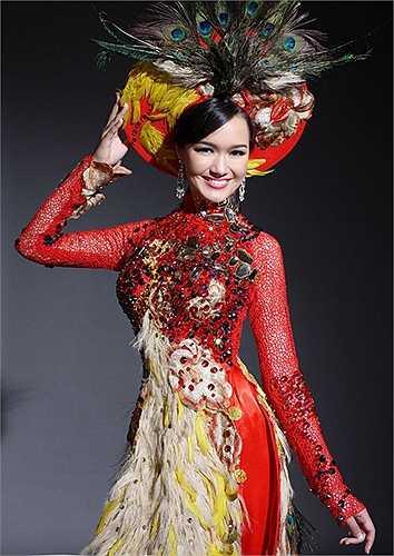Trước đó, vào năm 2011, khi được cử đi thi Miss World, trang phục dân tộc của cô cũng không được đánh giá cao. Nhiều người cho rằng chiếc áo dài từ 5.000 chiếc lông công nhân tạo này quá rườm rà và không thể hiện được tinh thần bảo vệ môi trường.