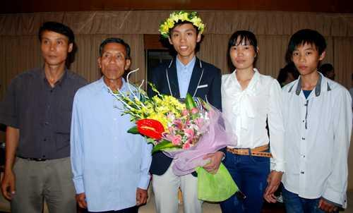 Nguyễn Thế Hoàn bên bố mẹ, em trai và ông ngoại. Ảnh: Quỳnh Trang.