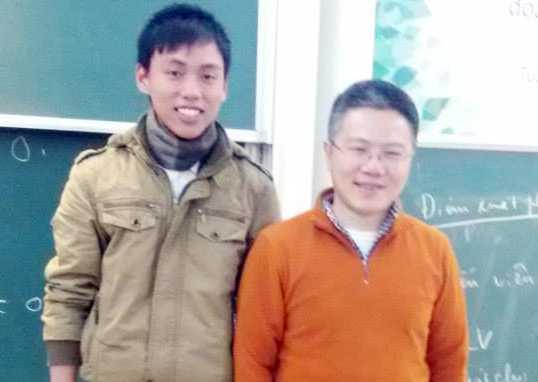 Nguyễn Thế Hoàn rất vui khi được chụp ảnh cùng thần tượng - GS Ngô Bảo Châu. Ảnh: NVCC.