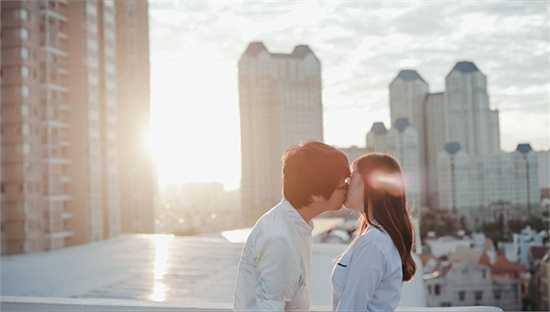 Sau khi giành giải ba trong chương trình 'Cặp đôi hoàn hảo' cùng bạn diễn Tú Vi, Bùi Anh Tuấn tiếp tục trở lại với các dự án âm nhạc dài hơi của mình. Mới đây,'hoàng tử The Voice' đã cho ra mắt sản phẩm âm nhạc mang tên 'Buông'.