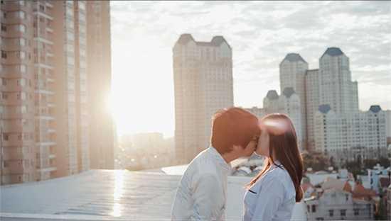 Để thực hiện MV này, giọng ca Nơi tình yêu bắt đầu phải phơi nắng trên sân thượng trong hai ngày liên tục. Và đặc biêt, lần đầu tiên trên màn ảnh,  Bùi Anh Tuấn đã có một nụ hôn rất đẹp và lãng mạn.