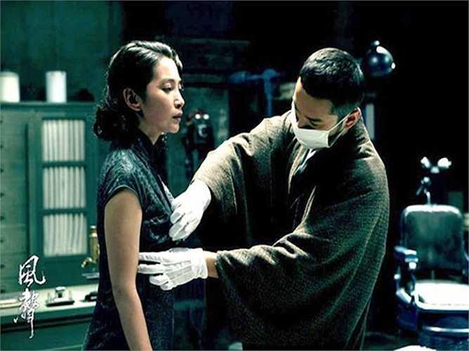 Theo tiết lộ của Huỳnh Hiểu Minh, vì quá căng thẳng nên Lý Băng Băng đã không kìm nén được cảm xúc. Mỗi khi dừng máy quay chàng Dương Quá 2006 phải giúp người đẹp mặc lại quần áo, thậm chí còn cùng cô khóc nức nở trước mặt mọi người trong đoàn phim.