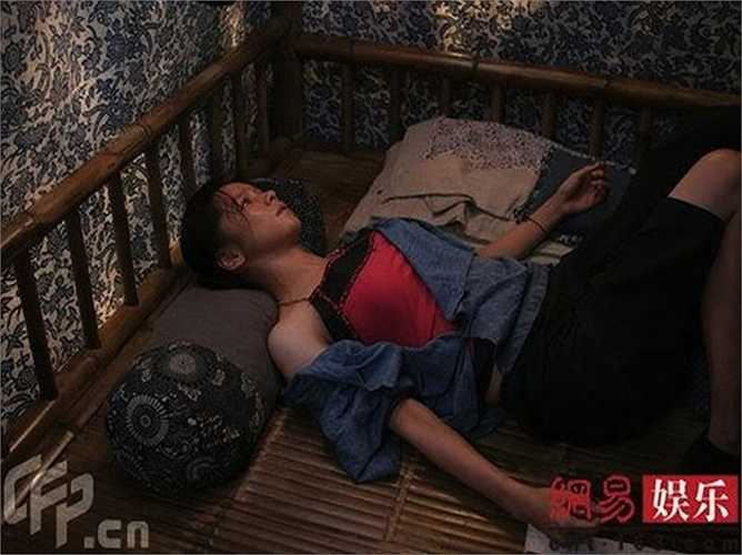 Cương quyết đòi tự mình thể hiện cảnh bị hãm hiếp trong phim Thiếu niên tinh hải không cần diễn viên đóng thế, Từ Nhược Tuyên khiến đạo diễn và toàn bộ ê-kíp ngưỡng mộ tinh thần hy sinh vì nghệ thuật của cô.