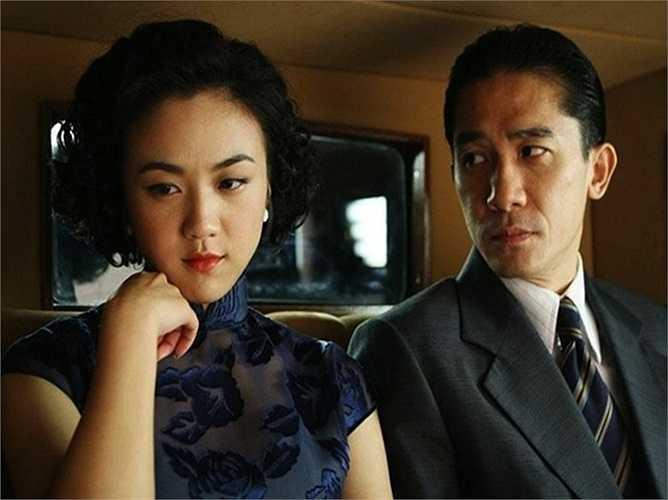 Nói về cảnh cưỡng bức với Lương Triều Vỹ trong phim Sắc giới, nữ diễn viên Thang Duy hình dung giống như ' đi qua một vòng địa ngục'. Người đẹp chia sẻ, sau khi phim đóng máy, cô vẫn không thể thoát khỏi tâm lý nhân vật. Những cảnh quay trần trụi cùng 'ông hoàng khoe thân Cbiz' cũng khiến sự nghiệp Thang Duy bị đóng băng thời gian dài.