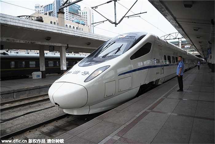 Một con tàu cao tốc khởi hành từ Cáp Nhĩ Tân, thủ phủ của Hắc Long Giang bắt đầu hành trình lúc 5h18 tới Tề Tề Cáp Nhĩ. Tuyến đường sắt cao tốc này của Trung Quốc đang chạy thử nghiệm.