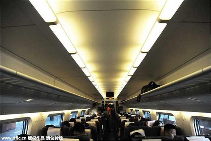 Cận cảnh nội thất của con tàu cao tốc. Với tốc độ thiết kế 250km/h và 8 điểm dừng, con tàu đươc kỳ vọng vận chuyển 8 triệu lượt hành khách mỗi năm.