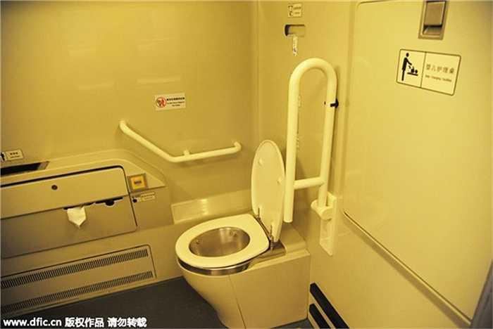Đây là nhà vệ sinh dành cho người khuyết tật. Kể từ khi con cao tốc đầu tiên được xây dựng ở Trung Quốc năm 2008, đến nay hệ thống đường sắt cao tốc của Trung Quốc được mở rộng không ngừng. Đã cóc 16.000km đường sắt đi vào hoạt động và 10.000km đang trong quá trình xây dựng.