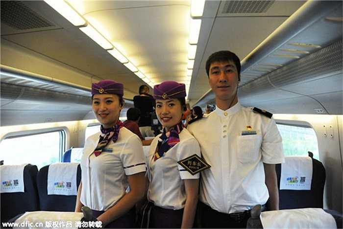 Đội ngũ tiếp viên trẻ đẹp chụp ảnh trong con tàu trong ngày 13/7
