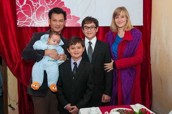 Hai anh em Henry cùng gia đình trong lễ cưới của bố.