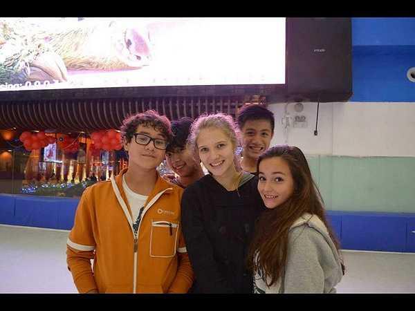 lex đi chơi cùng bạn bè, trong đó có cả những người bạn Việt Nam.