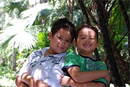 Cậu con trai thứ hai Henry (ảnh trái) cũng rất điển trai.
