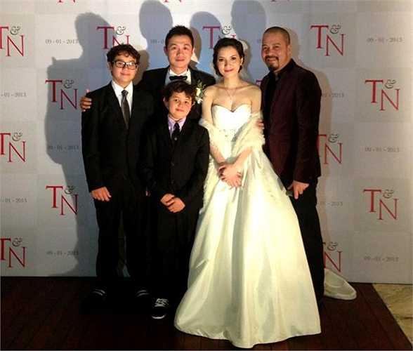 Henry bảnh bao cùng anh trai đến lễ cưới lần 2 của bố.