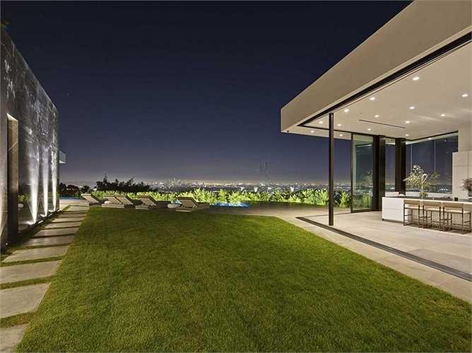 Đứng ở căn biệt thự có thể ngắm nhìn toàn bộ khung cảnh lộng lẫy của Los Angeles.