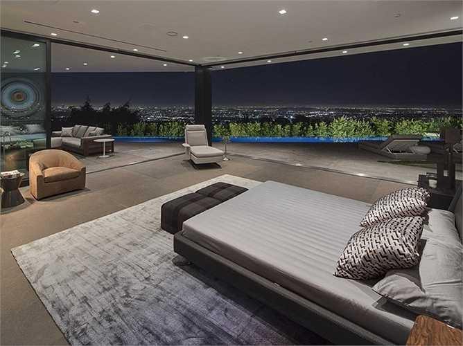 Đứng ở bất cứ phòng nào của căn biệt thự cũng có thể nhìn thấy cảnh đẹp xung quanh. Tổng cộng có năm phòng ngủ và bảy phòng tắm tất cả.