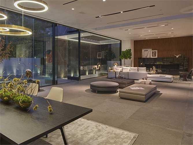 Bên trong biệt thự, những bức tường kính tạo chiều sâu đẹp mắt với trần nhà trong suốt cao 4 mét.