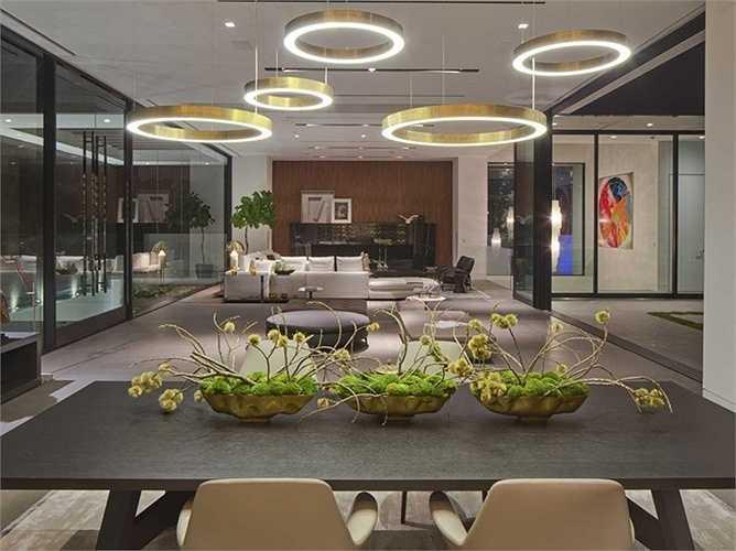 Những chùm đèn kiểu dáng hiện đại tạo sự sang trọng, hào nhoáng cho phòng khách.