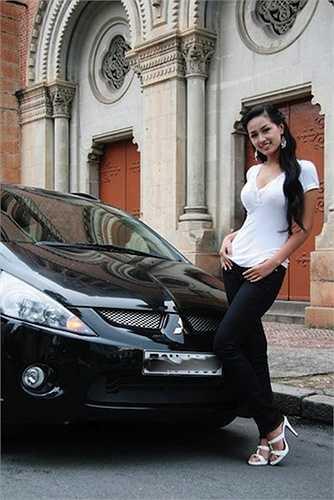 Người đẹp cũng sắm cho mình chiếc xe hơi sang trọng làm phương tiện di chuyển.