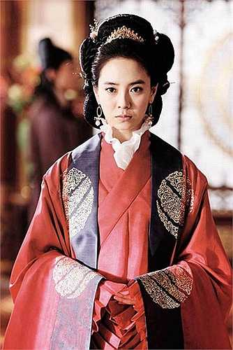 Năm 2008, Song Ji Hyo nhận về không ít chỉ trích khi chấp nhận khoe thân 100% với vai Hoàng Hậu trong Song hoa điếm (A Frozen Flower).