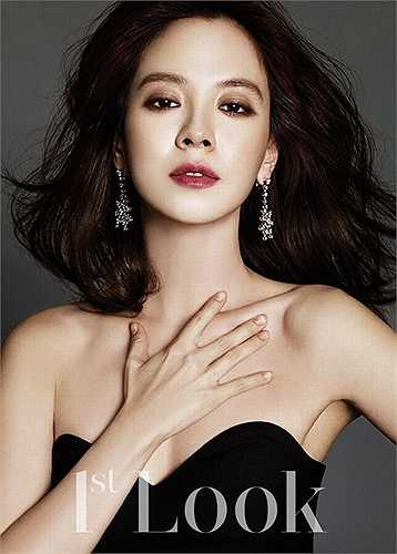 Vẻ đẹp cuốn hút của Song Ji Hyo trên bìa tạp chí.