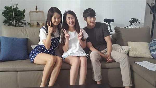 Ngọc Thảo cùng Kim Woo Bin và Song Ji Hyo trong một cảnh quay tại Samsung House.