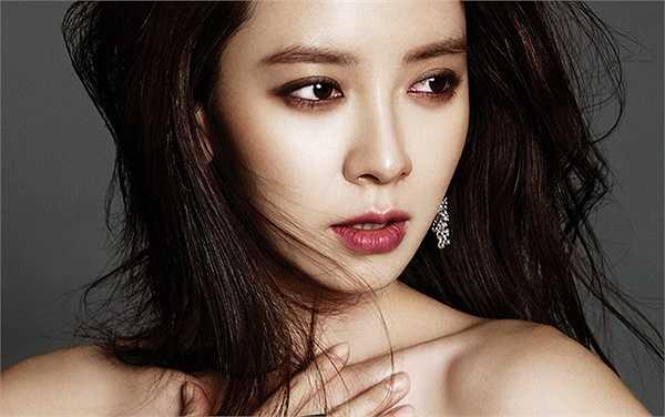 Tuy nhiên, tên tuổi của cô chỉ thực sự phủ sóng tại Việt Nam với với vai diễn Min Hyo Rin trong phim Hoàng cung và Ye So Ah trong 'Truyền thuyết Jumong'.