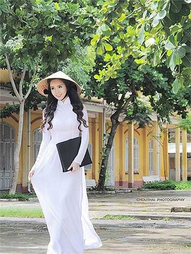Hoa khôi Sinh viên Thanh lịch Thành phố Cần Thơ 2015 Vũ Thanh Tú thướt tha trong tà áo dài truyền thống