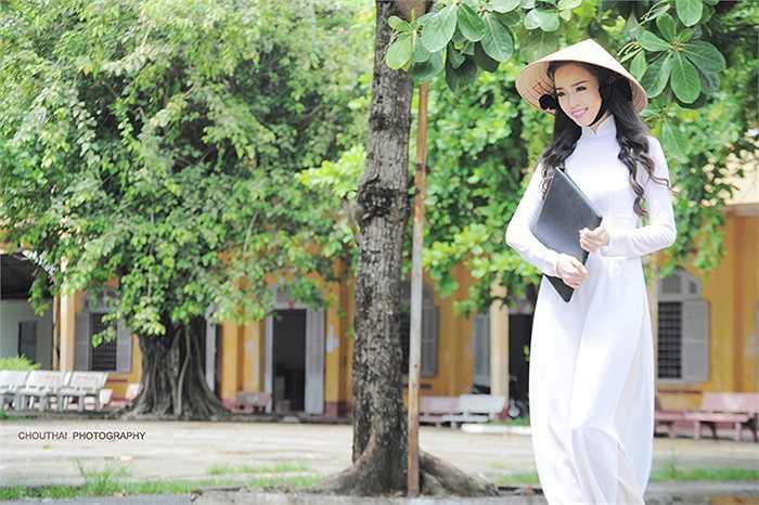 Thanh Tú cho biết rất thích mặc áo dài trong các dịp quan trọng vì trang phục này giúp cô bạn thể hiện được sự tự tin, duyên dáng của người con gái Việt.