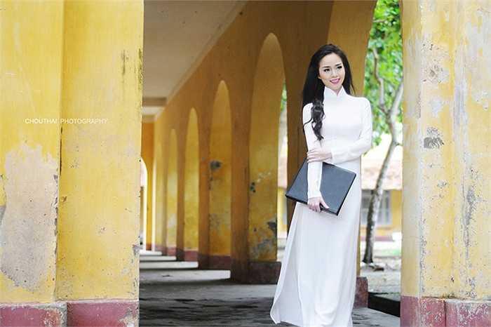 Vũ Thanh Tú khoe nhan sắc trẻ trung trong tà áo dài nhân dịp về thăm lại Trường THPT Châu Văn Liêm.