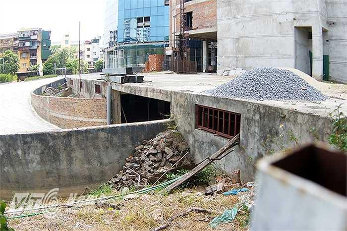 Một số người dân sống gần đây cho biết bệnh viện bỏ hoang nhiều năm nay, ít khi thấy công nhân xây dựng xuất hiện mà chỉ thấy vật liệu xây dựng nằm ngổn ngang ở khắp nơi.