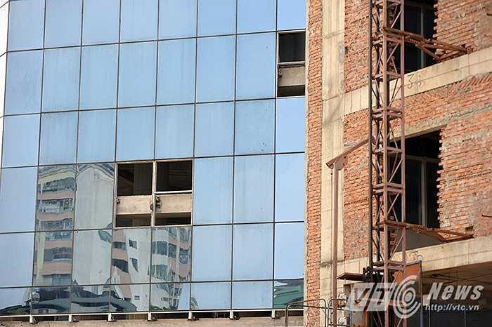 Nhiều tấm kính chịu lực của tòa nhà đã bị hỏng hóc.