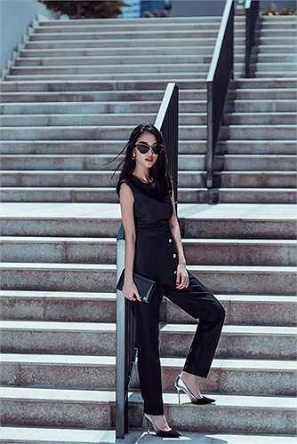 Mới đây, bạn gái cũ của Trấn Thành vừa thực hiện bộ ảnh đường phố (street style) như một cách khẳng định điều trên với người hâm mộ. Các trang phục mà Mai Hồ sử dụng hầu hết có kiểu dáng giản đơn nhưng tinh tế và mang tông màu đơn sắc như trắng, đen, xanh... mang đến vẻ đẹp thanh lịch, sành điệu cho nữ chủ nhân.