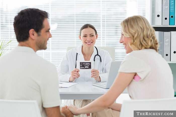 Bác sĩ phụ khoa và sản khoa. Nghề nghiệp thuộc về việc phục vụ cho thiên chức sinh nở của người phụ nữ và lẽ dĩ nhiên là nó phù hợp với những nữ bác sĩ. Ngoài ra, việc thăm khám phụ khoa cũng được cho là dễ dàng hơn là nam giới