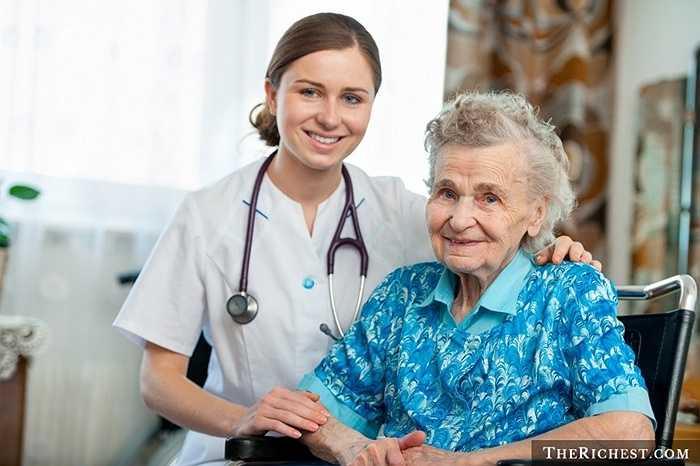 Y tá và người chăm sóc sức khỏe cá nhân. Tương tự như nghề bác sĩ nhưng nghề nghiệp này chủ yếu làm những công việc nhẹ nhàng hơn: chăm sóc bệnh nhân trước và sau khi điều trị