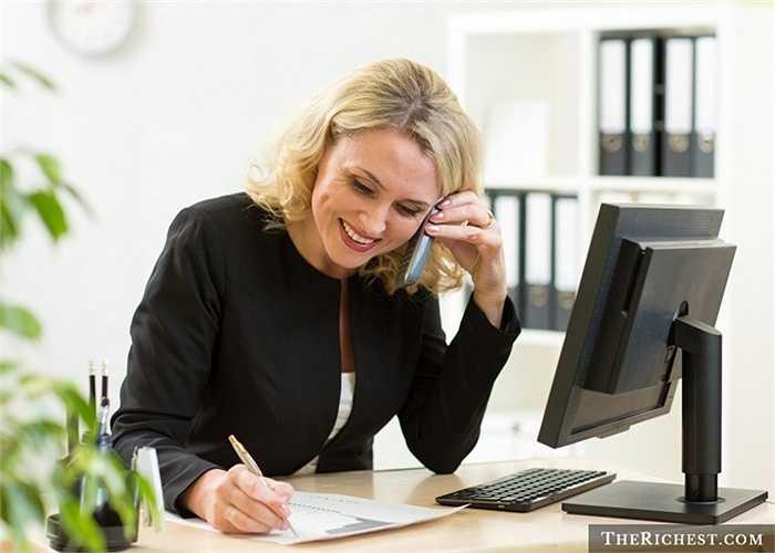 Kế toán. Sự tỉ mỉ và cẩn thận của phụ nữ luôn luôn rất phù hợp với nghề kế toán. Việc phải giải quyết một cách triệt để và kỹ càng từng giấy tờ luôn khiến nam giới phải đau đầu nhưng lại là thế mạnh thực sự của nữ giới